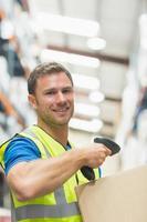 leende manuell arbetare skanning paket
