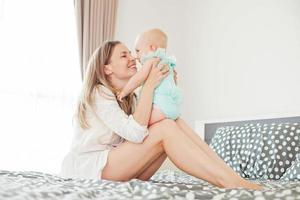 mamma som leker med sitt barn foto