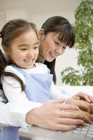 föräldrar och barn att skriva tangentbordet foto