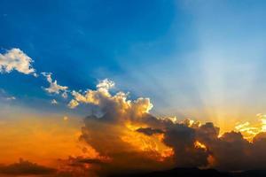 dramatisk solnedgång foto