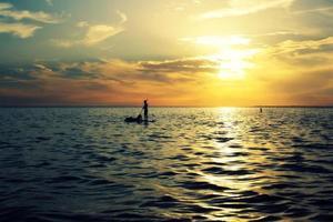 solnedgång paddling foto