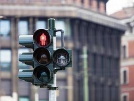 trafikljus med rött ljus i milan foto