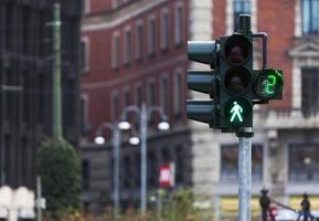trafikljus med grönt ljus i milan foto