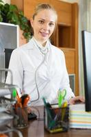 porträtt av kvinnlig läkare foto