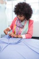 kvinnlig modedesigner på jobbet