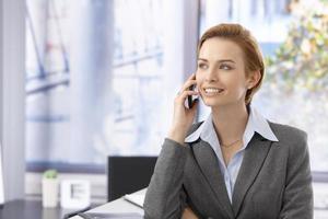 attraktiv kvinna pratar på mobil foto