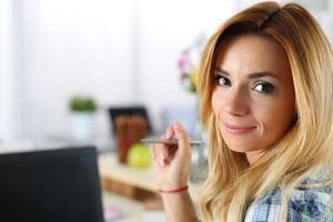 kvinnlig designer på kontoret som arbetar med bärbar dator foto