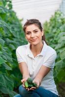 porträtt av ung kvinnlig jordbruksarbetare foto