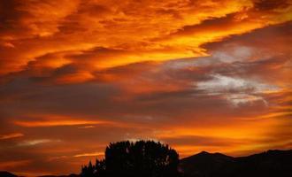 flammande orange solnedgång foto