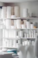 vita plattor och skålar