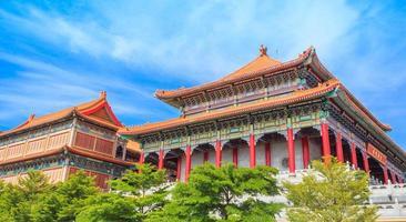vackra traditionella kinesiska tempel med blå himmel foto