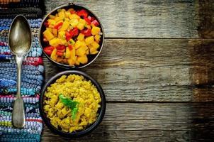 sallad med mango och tomat med röda linser med curry och dadlar
