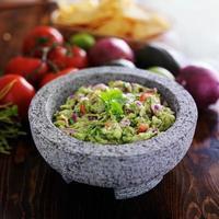 granitmolcajete och mexikansk guacamole foto