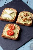 avokado smörgåsar foto