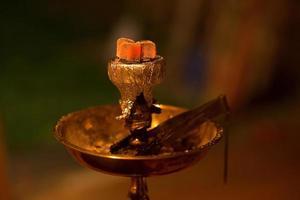 asiatisk, arabisk vattenpipa med kol. foto