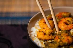 curryräkor med välsmakande mat med ris i Karibien foto