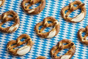oktoberfest: pretzels på bavarian bordsduk foto