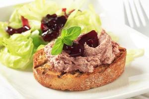 rostat bröd och paté med tranbärssås foto