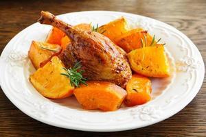 stekt anka med pumpa och apelsiner. foto