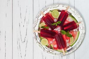 vattenmelon mojito popsicles på vintage silverbricka foto