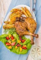 anka ben med rostad potatis och fruktsalsa foto