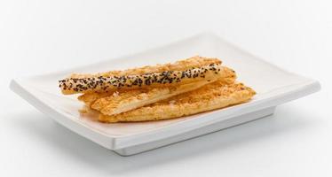 pretzelbrödpinnar med sesam foto