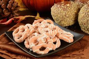 pumpa pajer kringlor och karamell äpplen foto