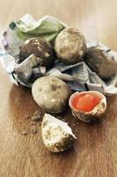färskt rå saltat ägg på träbord foto