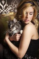 blond kvinna med katt foto