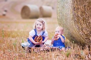 små barn under oktoberfest foto