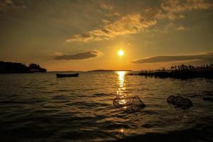 sjö av solnedgång och fisknät foto