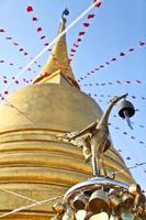 thailändska gyllene svan vid gyllene bergetempel, Thailand foto