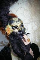 rödhårig dam i masken foto