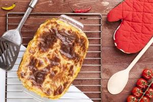 färsk hemlagad lasagne foto