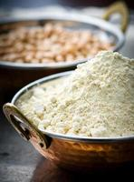 mjöl från kikärta i den indiska kopparskålen foto