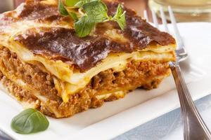 del av välsmakande lasagne på en tallrik foto