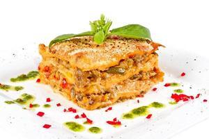 närbild av lasagne och basilikaffel foto