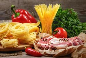 ingredienser för matlagning av pasta, italiensk mat foto