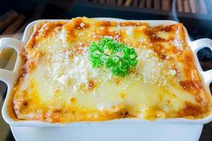 traditionell lasagne tillverkad med köttfärs bolognese sås toppad foto