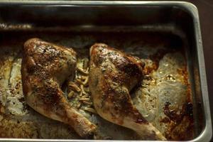 kycklingben från ugnen foto