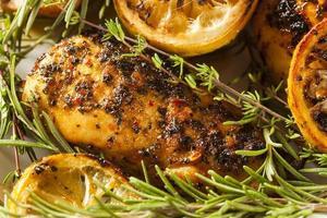 hemlagad citron och ört kyckling foto