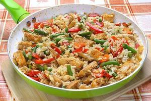 stekt kyckling med ris och grönsaker foto