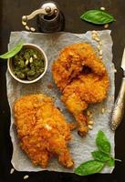 stekt kyckling, panerad i majsflingor. foto