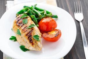 grillad kyckling med gröna bönor och tomater foto