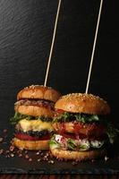två stora dubbla hamburgare med färskt grillad nötkött isolerad på