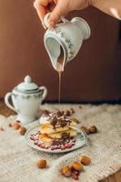 vit pannkaka med choklad och granatäpple, jul bakgrund foto