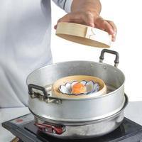 kock som lagar kinesisk mat foto