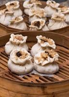 traditionell dim sum - shumai eller siumai i ångkorgen