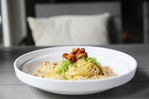 spaghetti carbonara med bacon foto