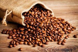 kaffebönor i säcken foto